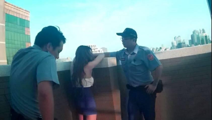 台中市西區陳姓女子因與男友聚少離多而想不開,警方趕赴現場救援。記者陳宏睿/翻攝