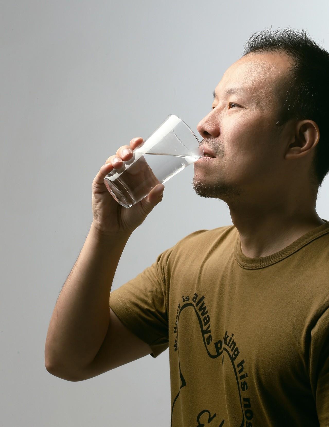 人一天喝水量不宜超過3公升。圖為喝水示意圖,非新聞當事人。聯合報系資料照