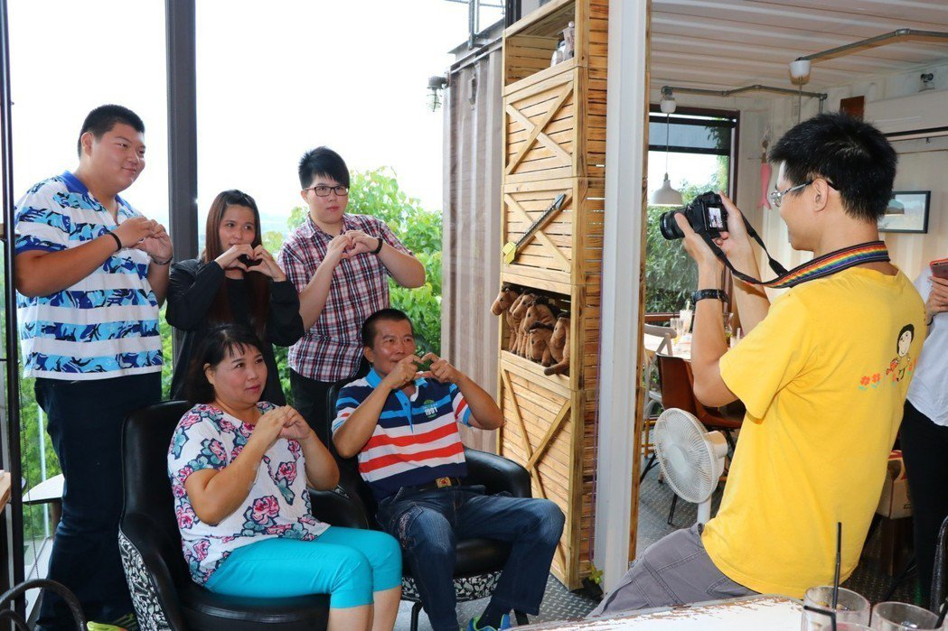 陽光基金會社工為江大哥一家拍攝遲來的全家福。圖/陽光基金會提供