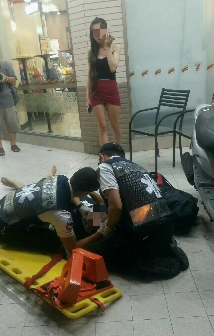4名青年在超商前被球棒打,消防人員趕到後將傷者送醫。記者張媛榆/翻攝