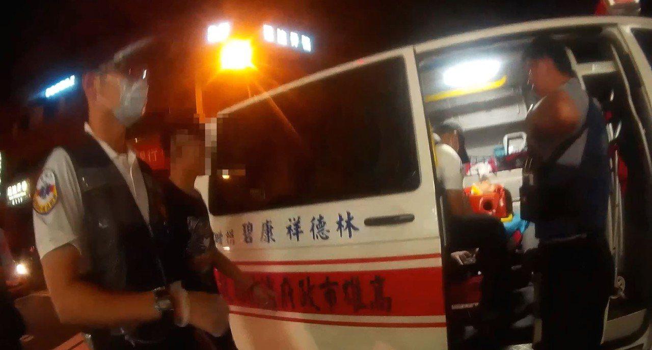 消防人員趕到後將傷者送醫。記者張媛榆/翻攝