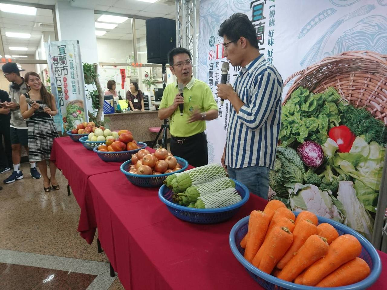 宜蘭市長江聰淵(左)今天主持傳統市場節開賣記者會,與叫賣哥葉昇峻談菜市場文化,他...