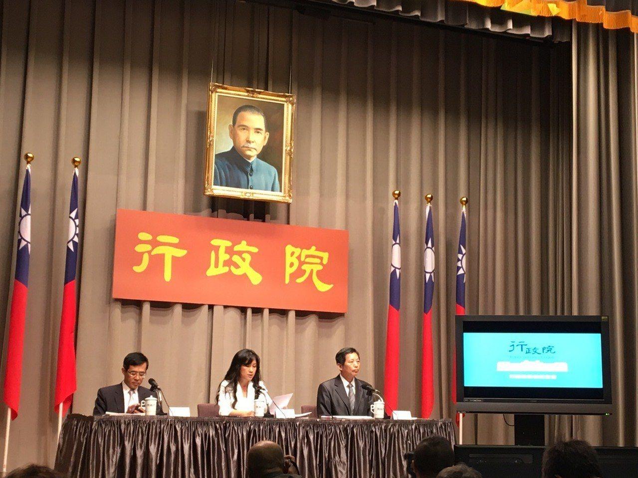 行政院發言人Kolas Yotaka(中)主持行政院會後記者會。記者周佑政/攝影