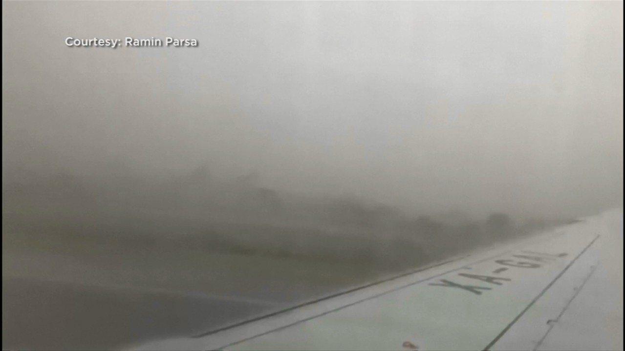 墨西哥航空31日發生墜機意外,乘客帕薩(Ramin Parsa)拍下了飛機墜毀的...