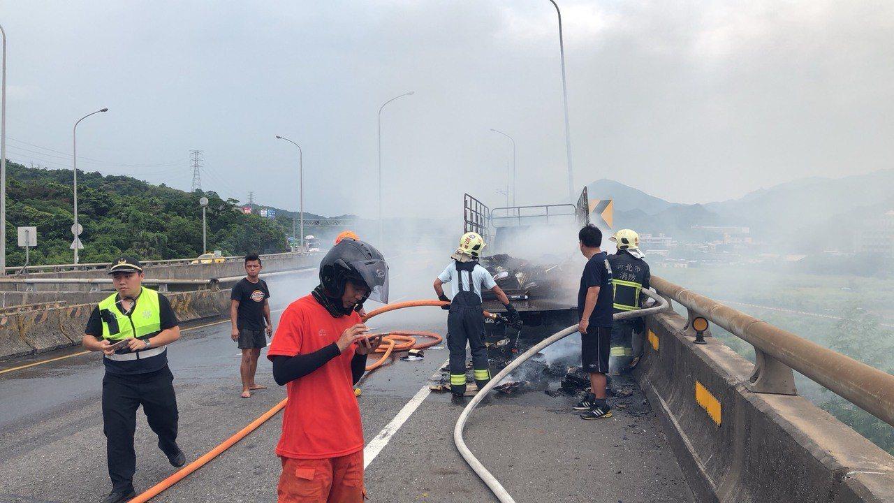 車上人員均無受傷,現場狀況也在1小時左右排除,起火原因待火調人員進一步釐清。記者...