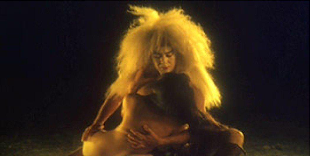 黃秋生在「聊齋艷譚續集五通神」中與一堆裸女有情色對手戲。圖/摘自HKMDB