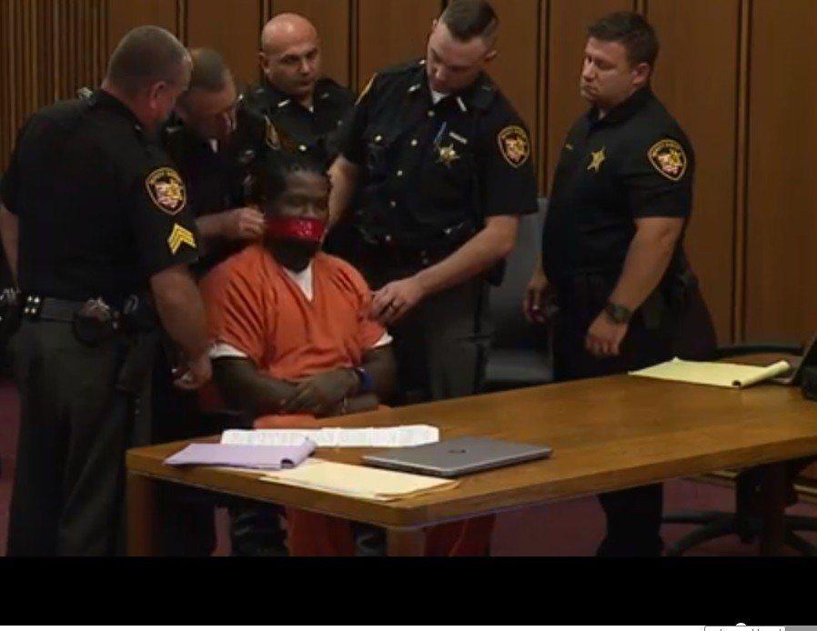 美國奧克拉荷馬州克利夫蘭男子威廉斯出庭受審,不聽法官制止擅自發言,法官火大,要法...