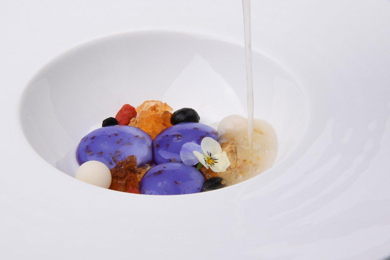 甜點黑枸杞藕粉凍手工桂花釀,顏色鮮豔令人驚豔。圖/蘭餐廳提供