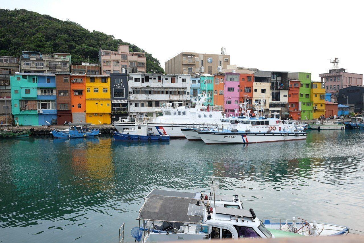 正濱漁港的彩虹屋成為熱門打卡點。記者黃仕揚/攝影