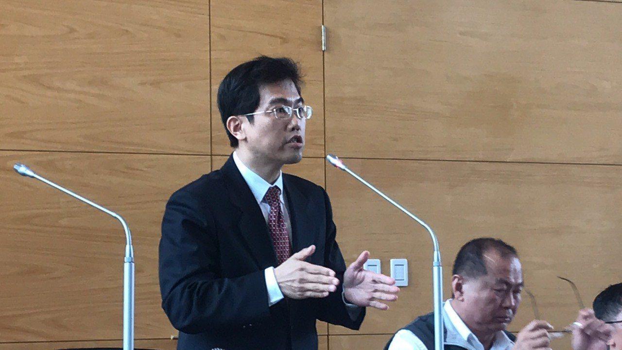 台中市法制局長吳梓生指出此案沒有罰則,備查即可。記者陳秋雲/攝影