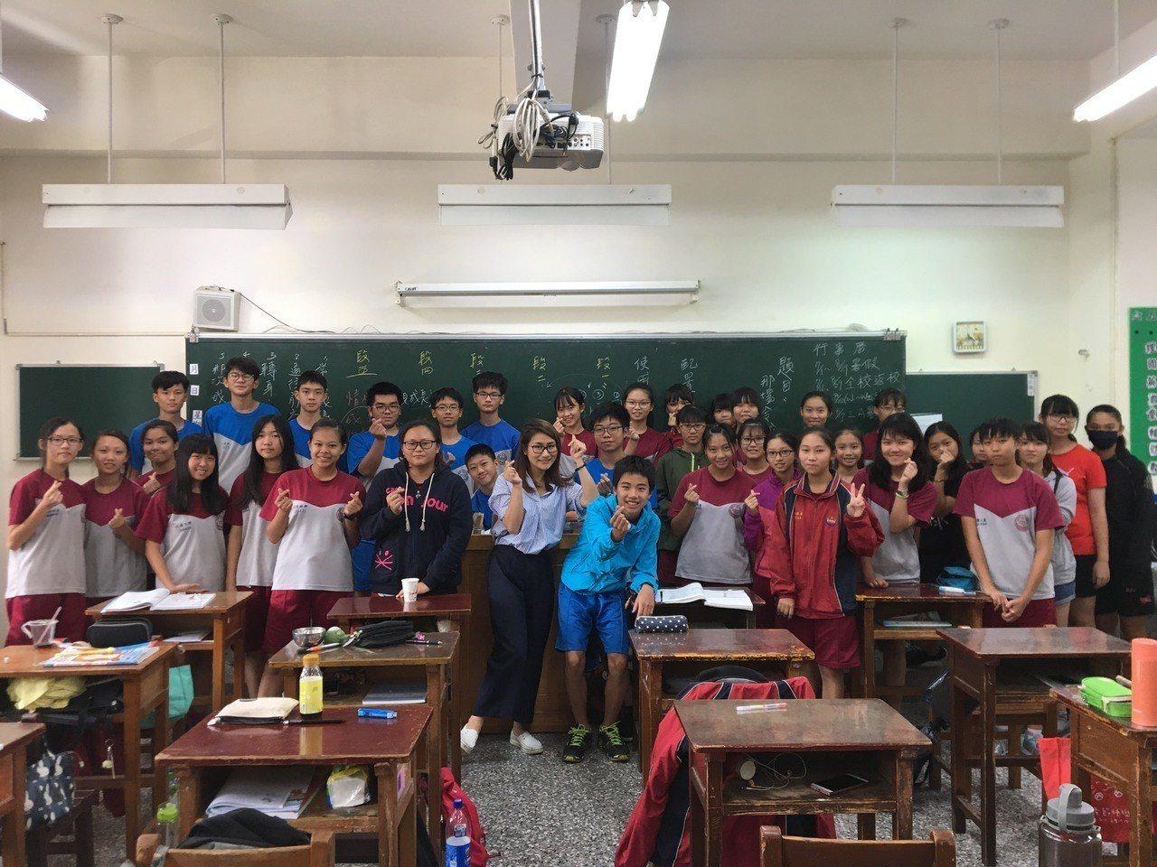 豐泰舉辦寫作夏令營,學生開心與老師開心合影。/主辦單位提供