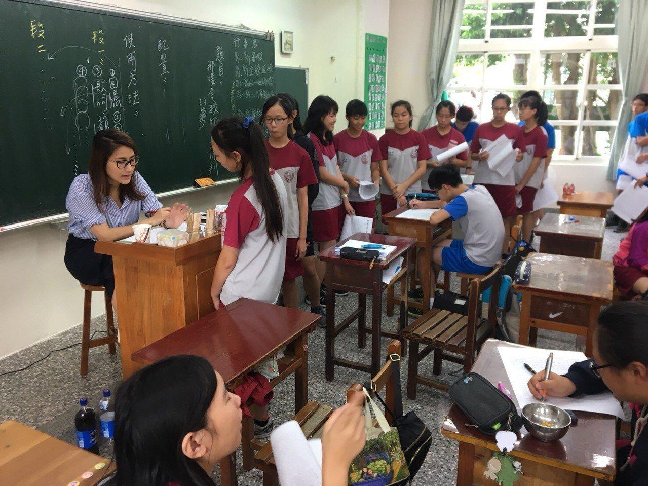 老師仔細批閱,與學生互動打成一片。/主辦單位提供