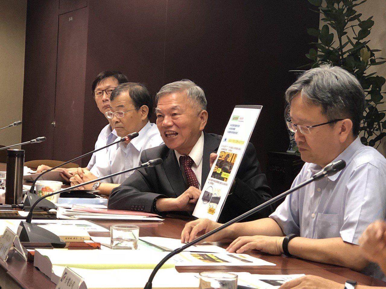 經濟部長沈榮津(右二)今天說明配電系統強韌計畫。記者高詩琴/攝影