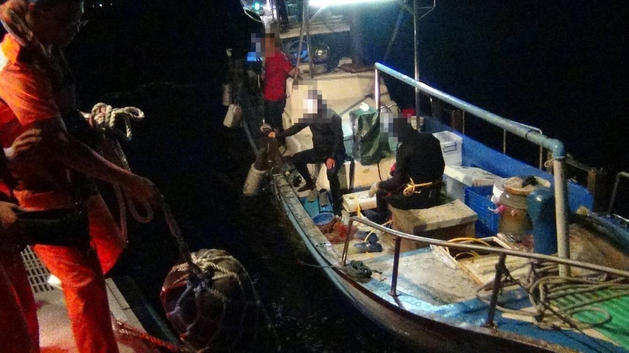新北市金山燭台嶼一帶海域疑有漁船非法潛水捕魚,海巡署第二岸巡隊昨晚獲報前往查緝,...