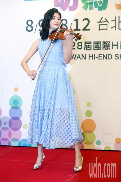 林逸欣今天出席TAA國際Hi-End音響展開展記者會,現場演奏小提琴。