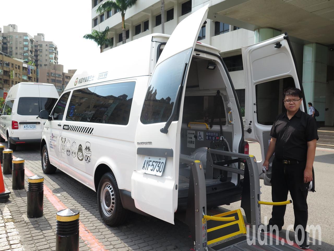 天團五月天暖心捐助桃園市政府5輛復康巴士,車身印有五月天Q版頭像,今天交車,預計...
