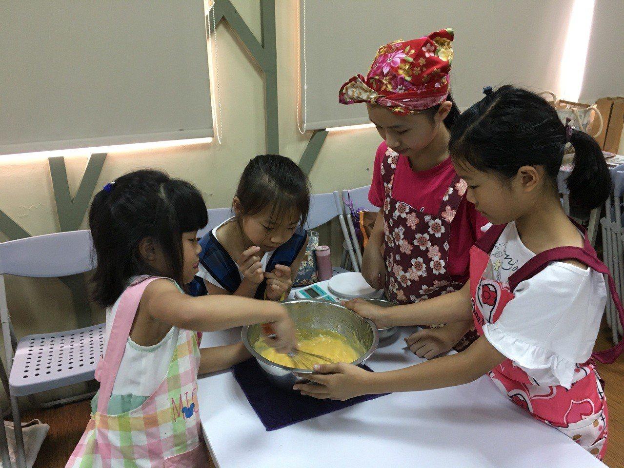 現場每一位小朋友都按照老師教導的步驟做蛋糕,專心思考要畫出什麼樣的圖案送給爸爸。...