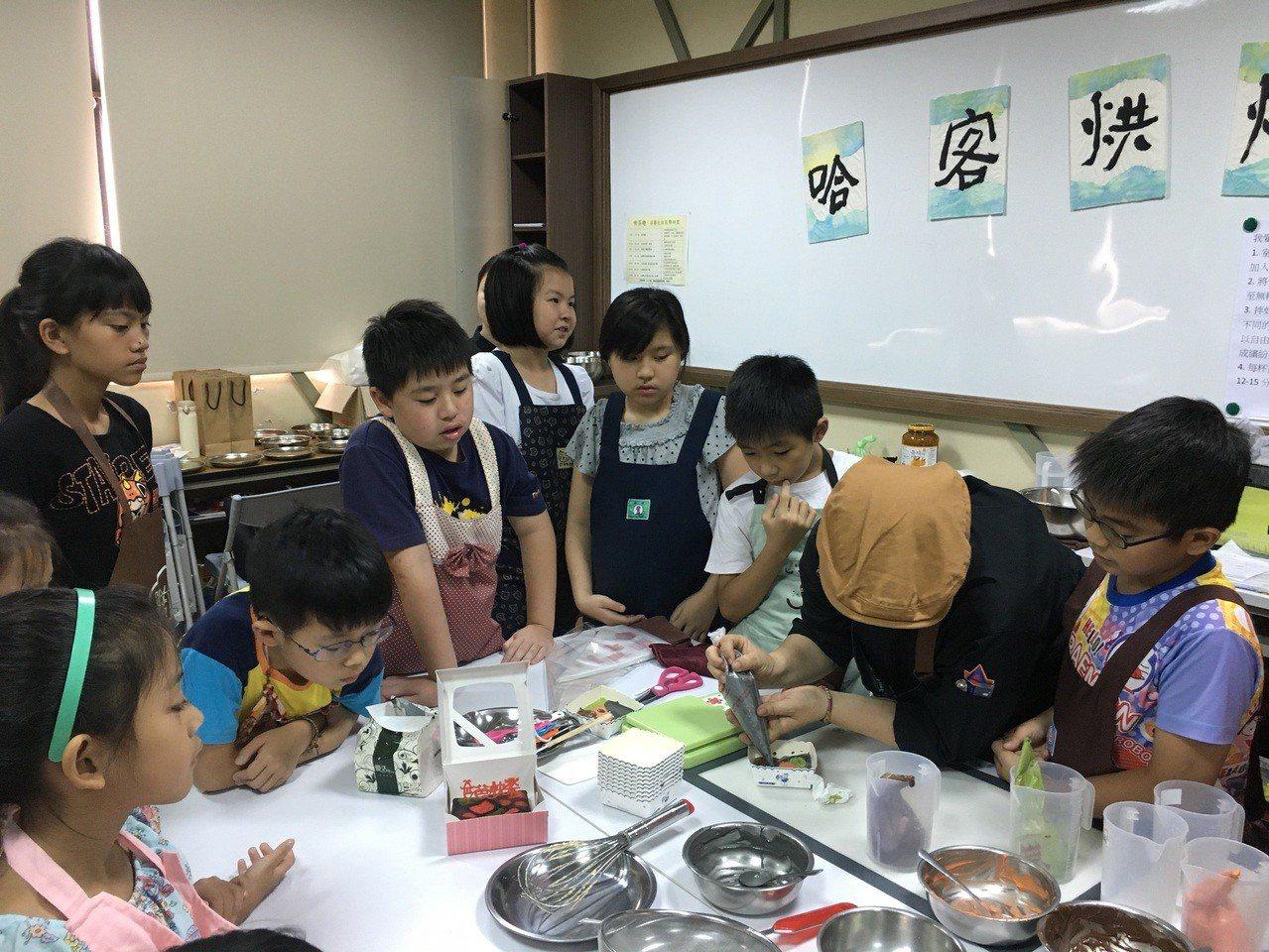 小朋友開始動手作前,先由專業的老師示範,一步步帶領小朋友學習做蛋糕。記者陳斯穎/...