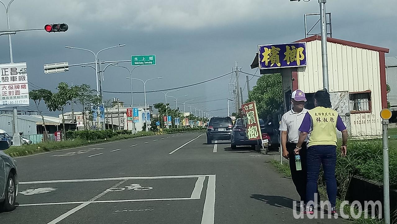 嘉義縣議員王啟澧(右二)、太保市民代表林淑勉,今天都到場會勘大崙段路口號誌燈設置...