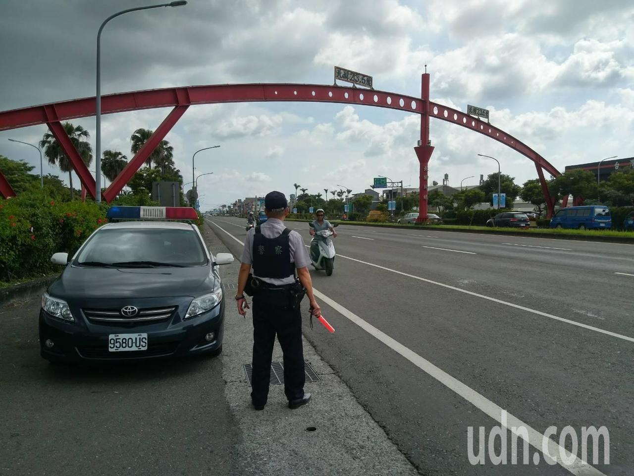 水上警分局員警在台一線上執行路檢。記者卜敏正/攝影