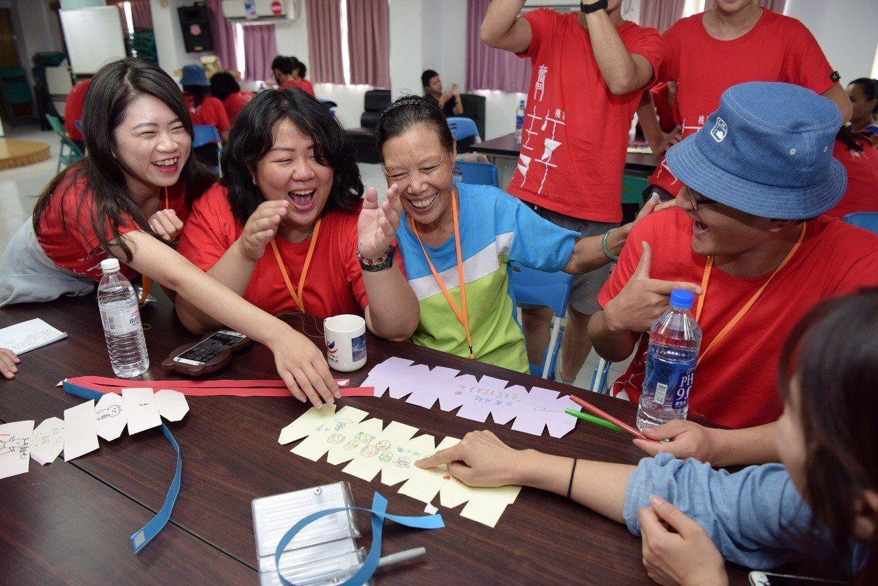 志工們帶著長者玩遊戲,每個人感感染歡樂氣氛。圖/桃園青年事務局提供