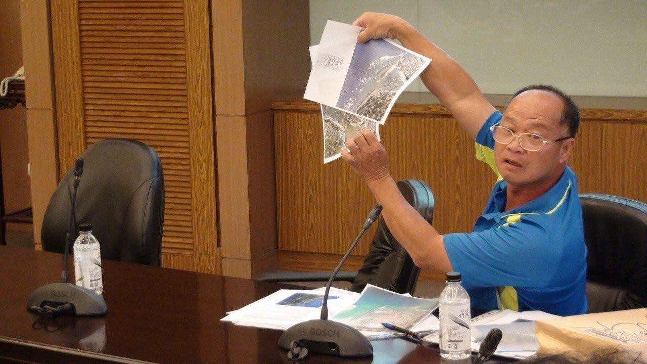 苗栗縣苑裡鎮漁民楊東波在協調會上提出空拍圖,認定造成他船筏損壞的廢管是中油施工遺...