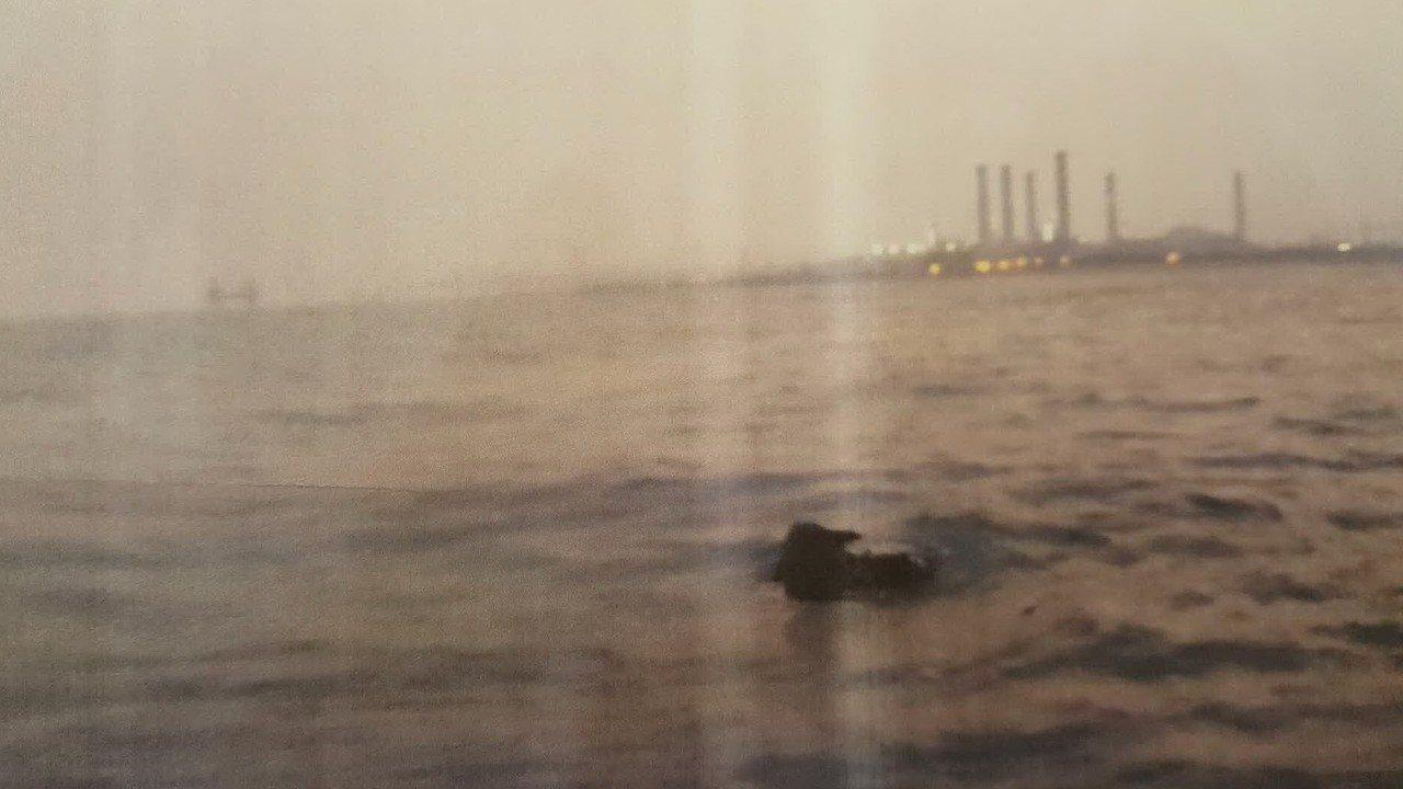苗栗縣通霄電廠附近海域出現一支立柱狀廢棄管狀結構物,漁船撞上損壞,迄今索賠無門。...