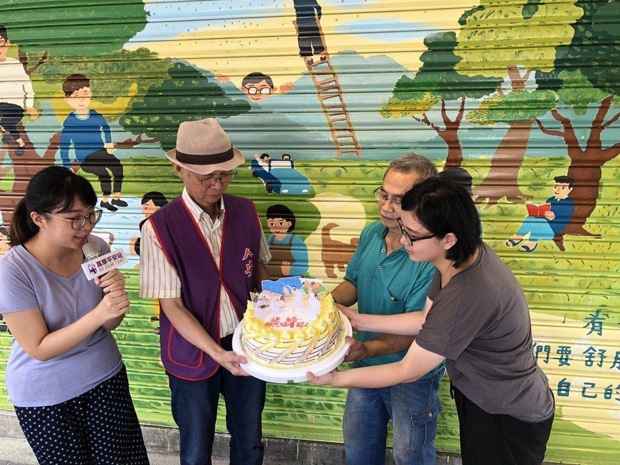 為讓寒士體驗藝術創作,台灣夢想城鄉營造協會與人安基金會萬華平安站共同發起彩繪平安...