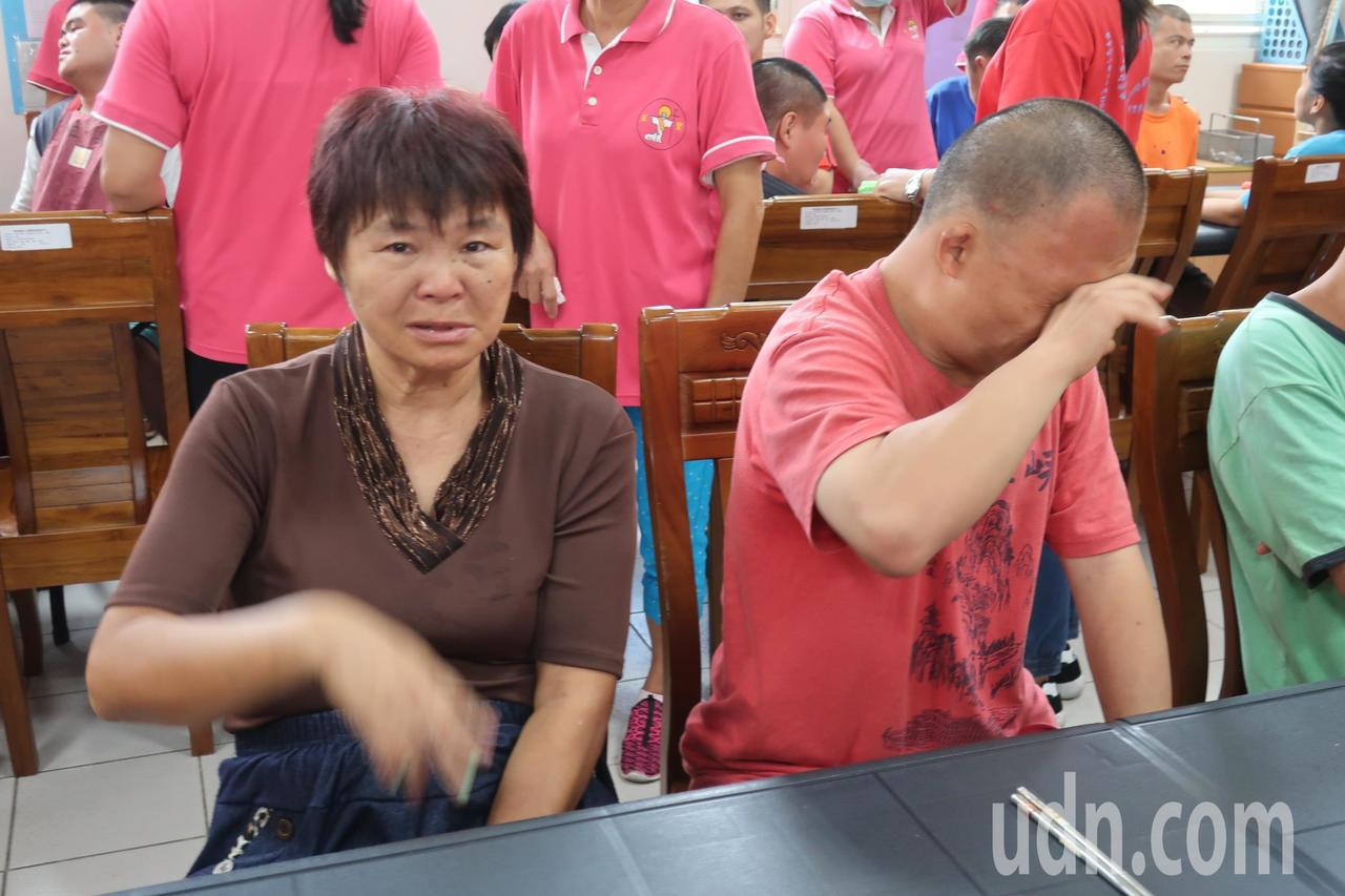 一群熱血青年打造愛心拉麵車開進華聖啟能中心,一位母親第一次與兒子共享美味的拉麵,...