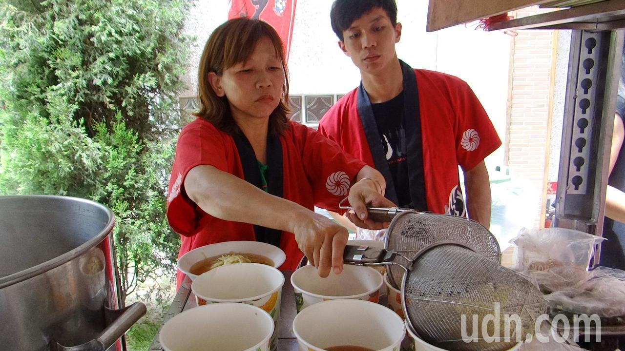 熱血青年頂著大太陽忙著煮愛心拉麵。記者蔡維斌/攝影