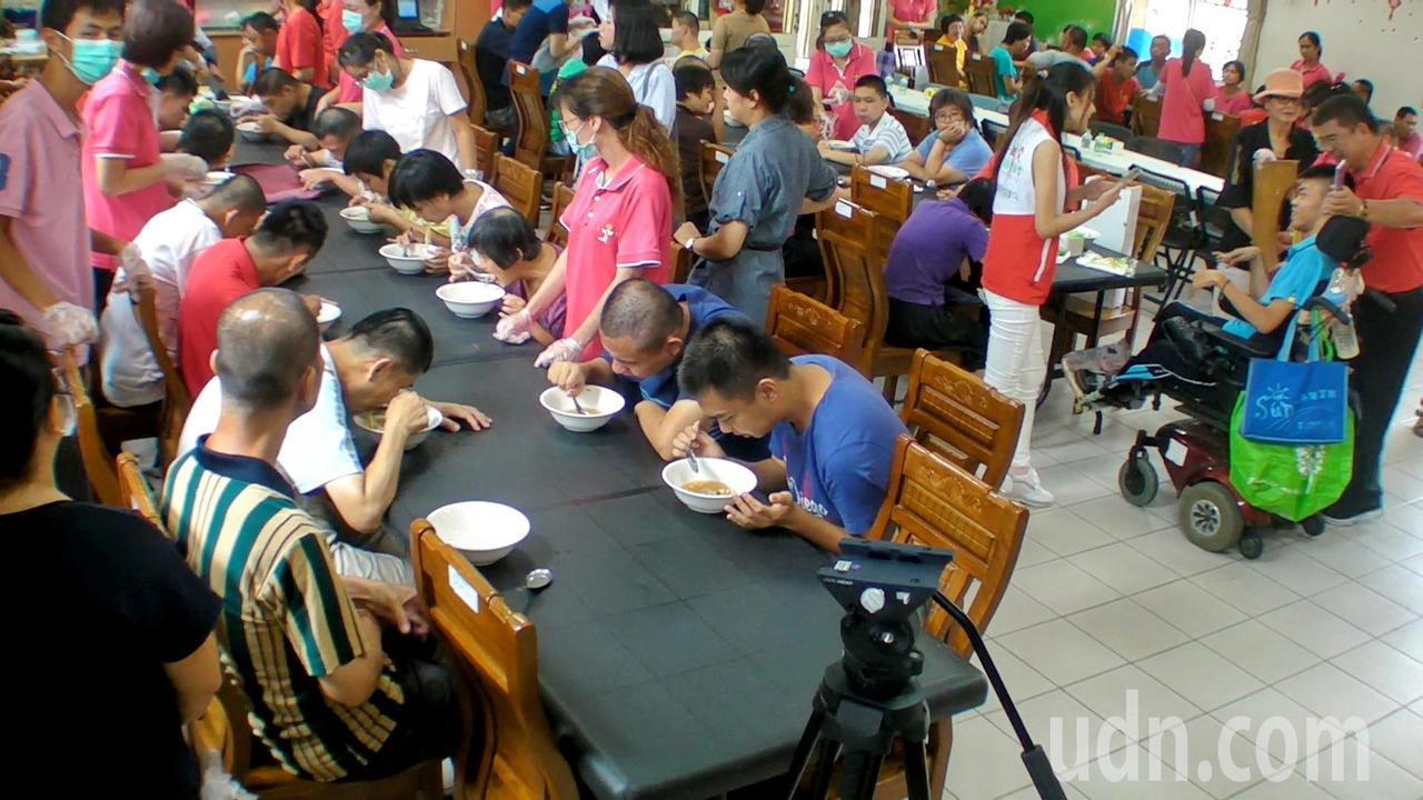 一群熱血青年打造愛心拉麵車開進華聖啟能中心,美味的愛心拉麵,讓學員吃得津津有味。...