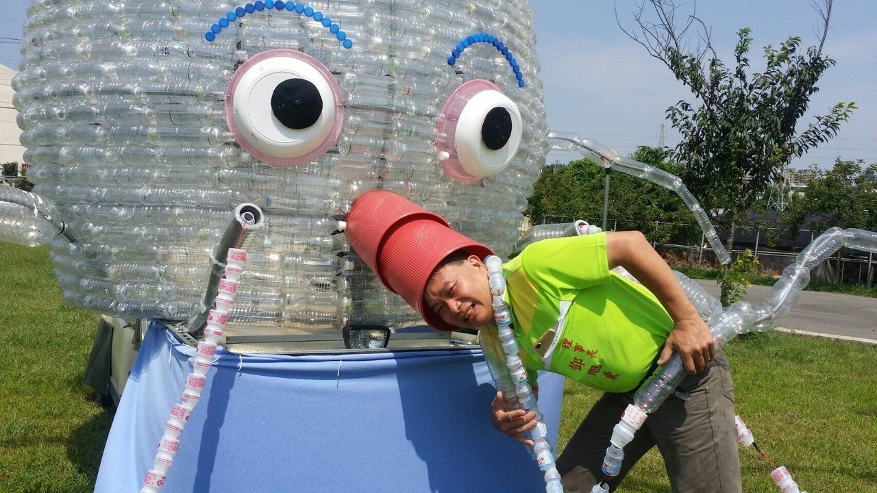 有感海洋長期受塑膠污染,桃園市八德區竹霄社區發展協會發揮創意,用廢棄塑膠寶特瓶、...