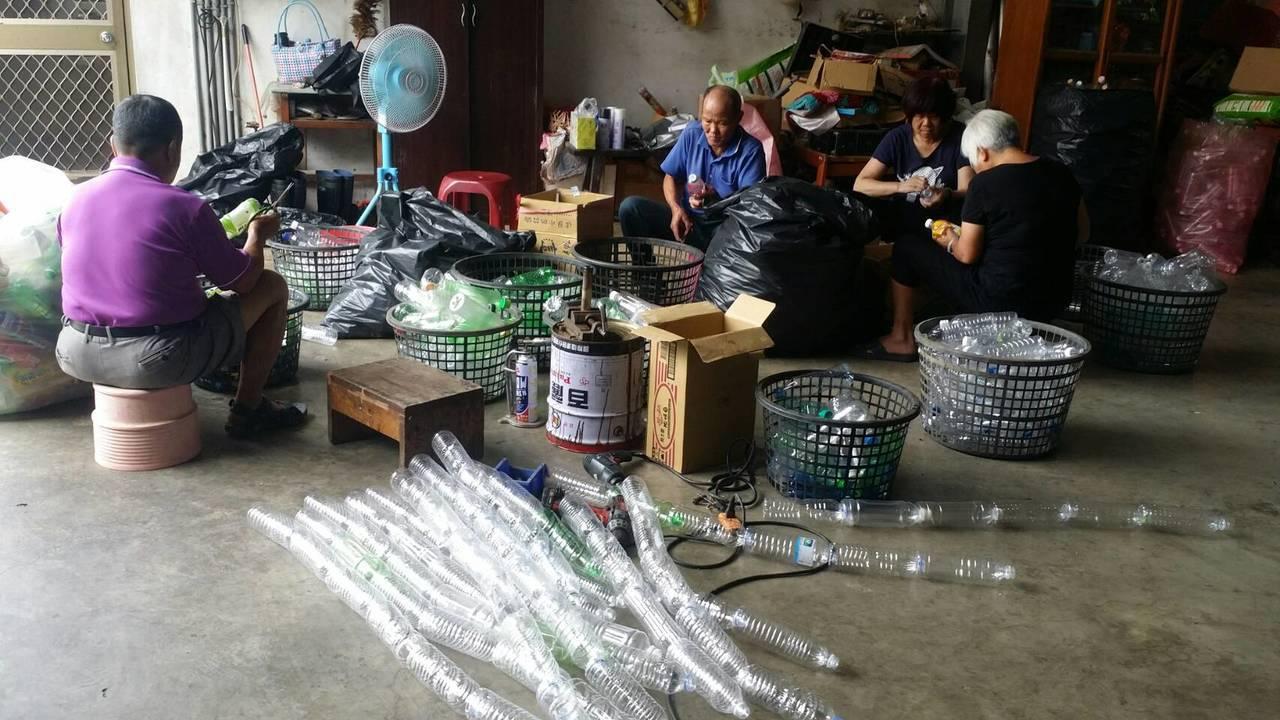 桃園市八德區竹霄社區發展協會社區居民,整理廢棄塑膠瓶、養樂多瓶、舊臉盆等,打造裝...