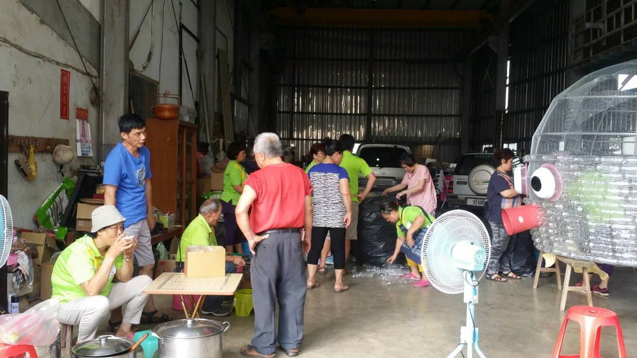 桃園市八德區竹霄社區發展協會整理廢棄塑膠瓶、養樂多瓶、舊臉盆等,打造裝置藝術。圖...