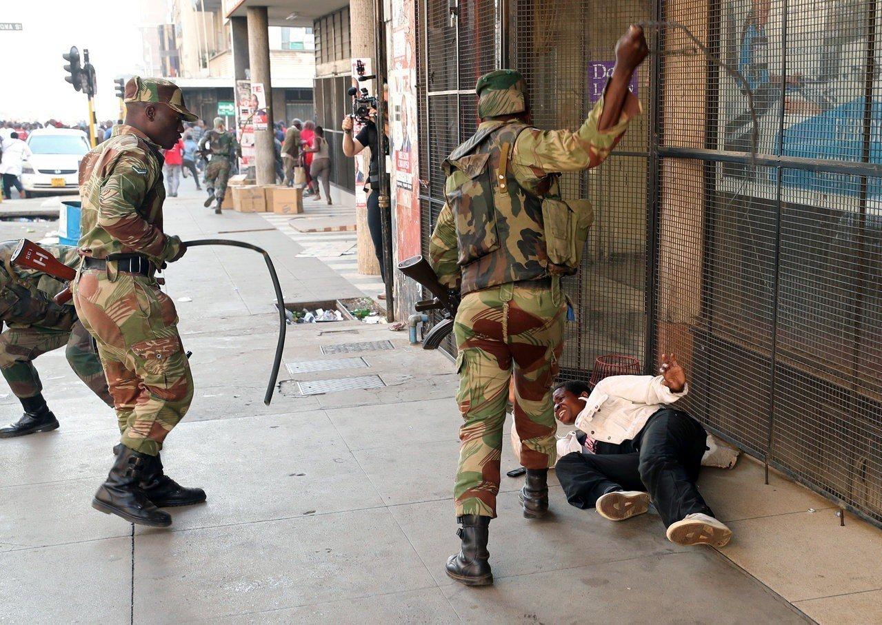 辛巴威軍隊士兵1日於在野黨MDC在首都哈拉雷的總部外,持棍毆打等候選舉結果的民眾...