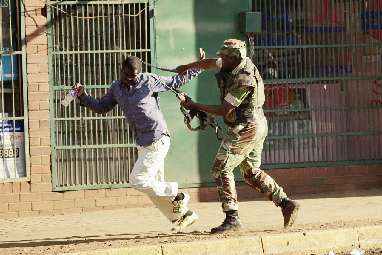 非洲國家辛巴威的在野聯盟支持群眾1日走上首都哈拉雷( Harare)街頭抗議30...