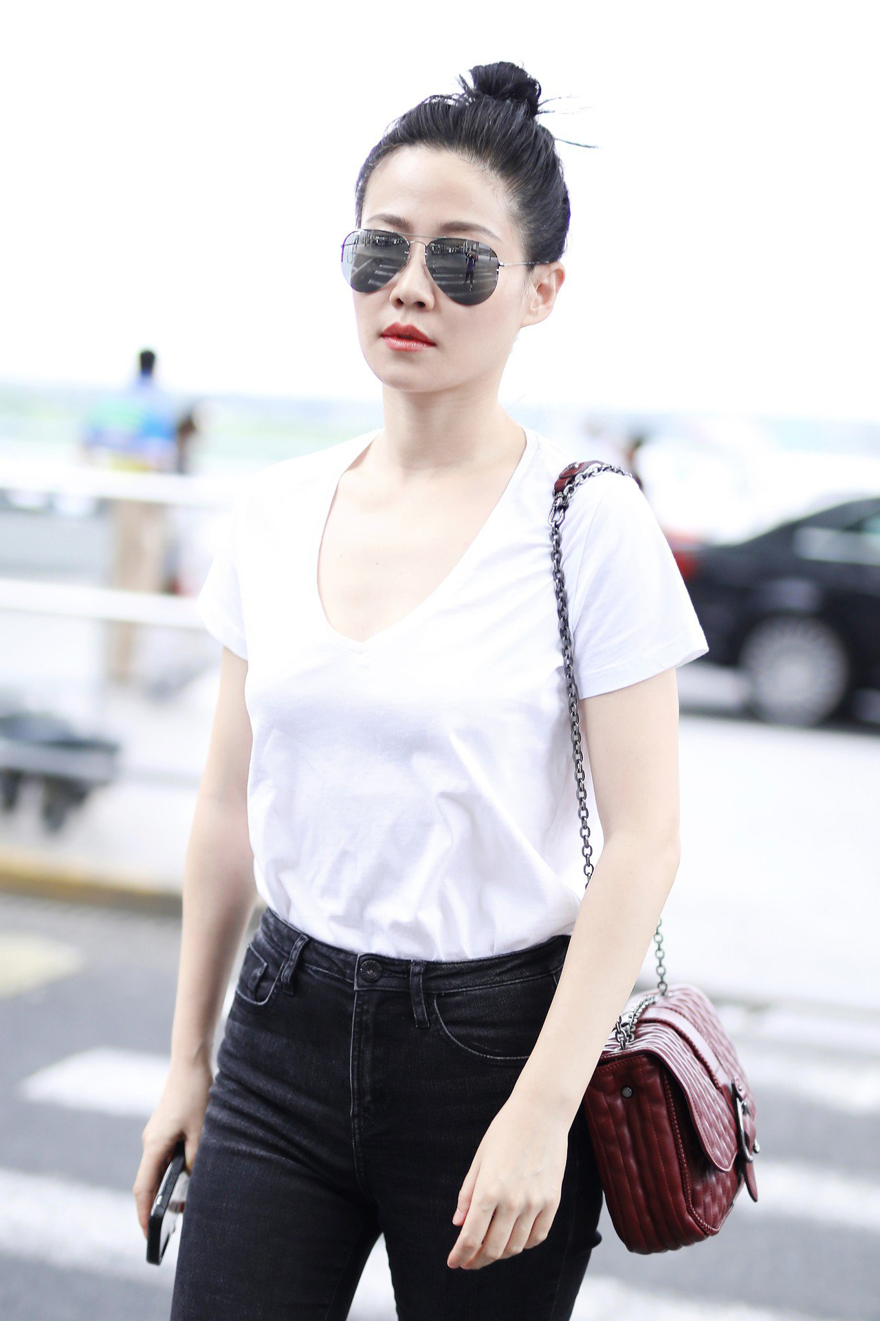 《延禧攻略》的譚卓以白T恤與黑褲搭配酒紅色Amazone Matelasse,展...