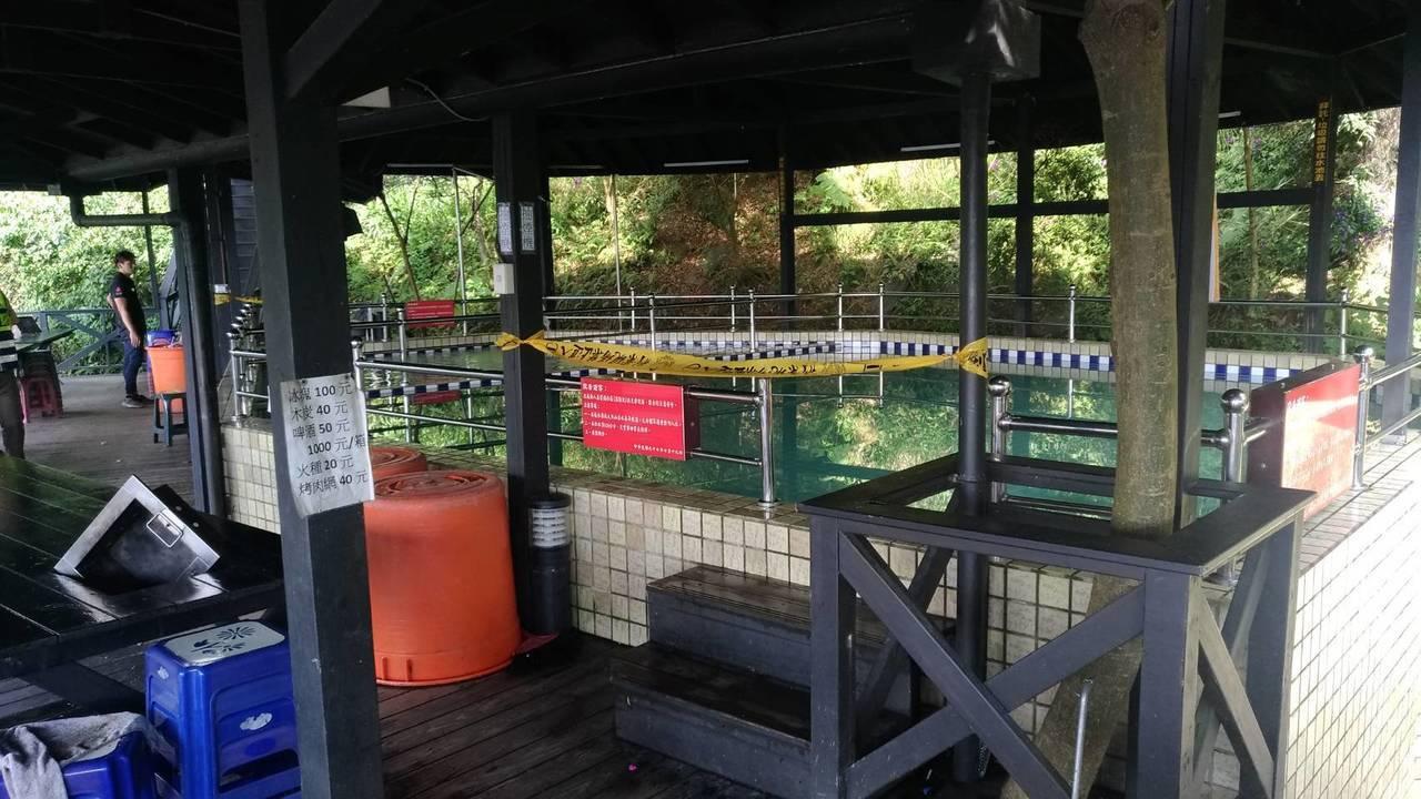 男童溺斃的戲水池,現場拉起封鎖線。記者袁志豪/翻攝