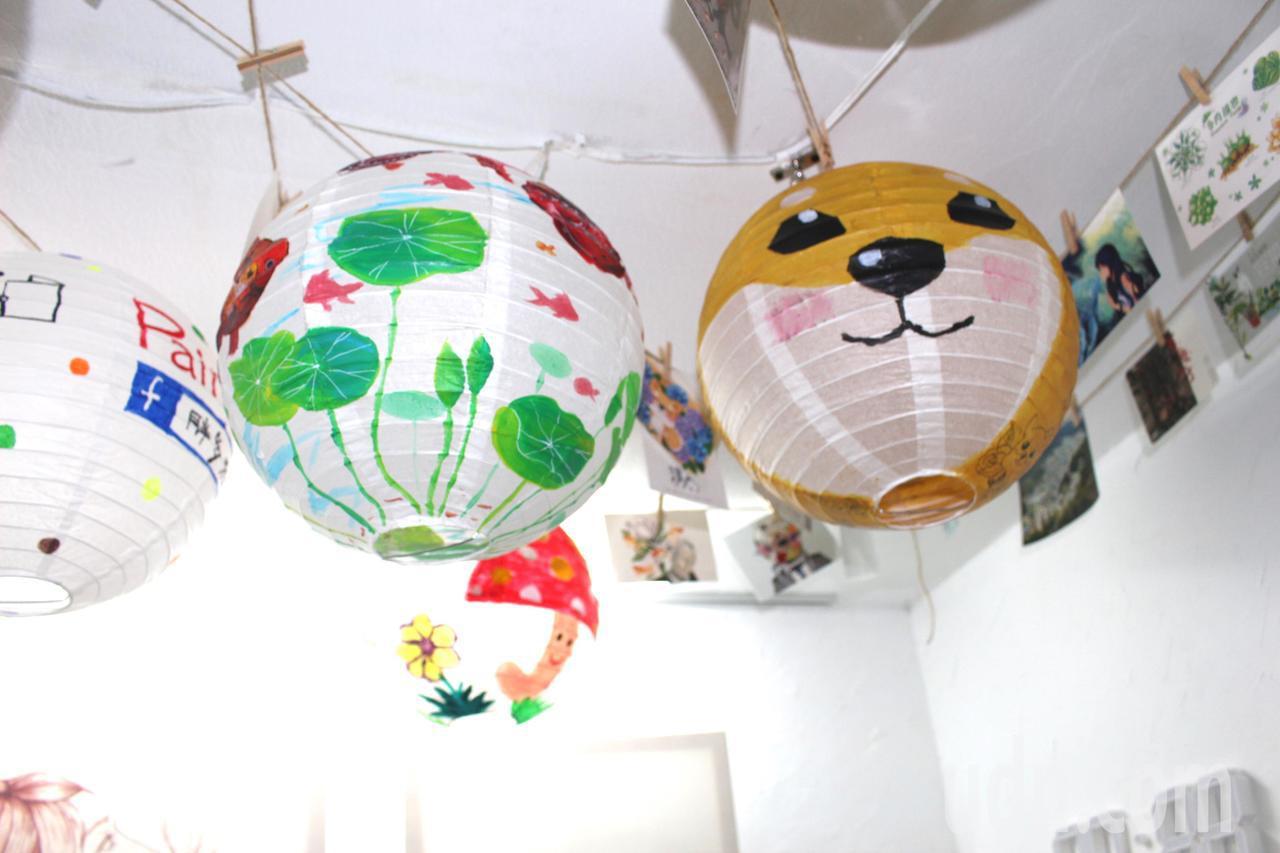 主辦單位邀請社區民眾、店家一起彩繪燈籠,目前已募集400多顆燈籠,下周將高掛燈籠...