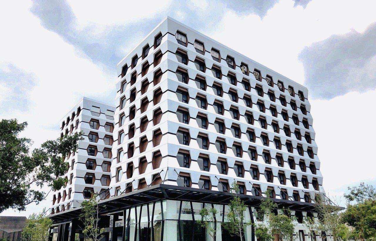 蜂巢造型的外觀引人注目。圖/煙波飯店宜蘭館提供
