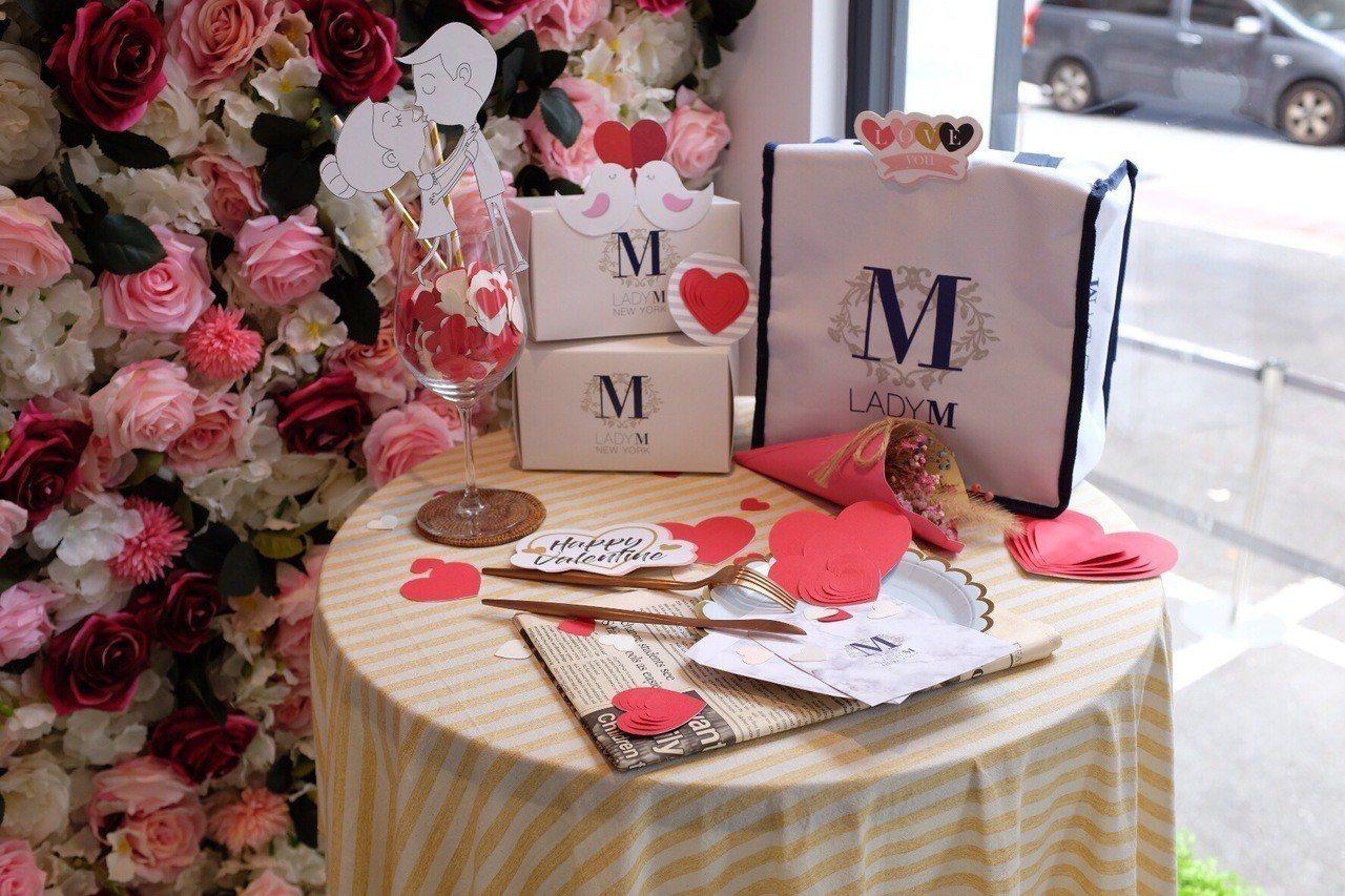 Lady M花漾情人套餐外帶版加贈專屬保冷袋,旗艦店內亦設置花牆可拍照。記者沈佩...
