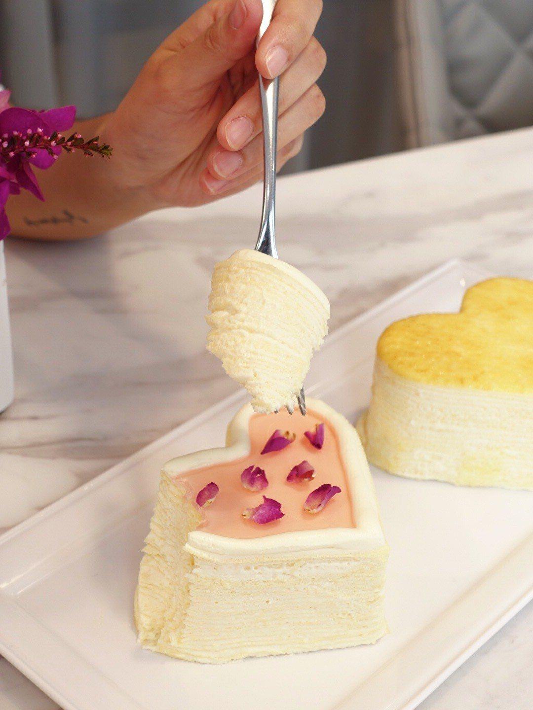 玫瑰千層蛋糕在薄透蛋皮間鋪上玫瑰香卡士達,最上層則有淡粉紅玫瑰果泥及可食用玫瑰花...
