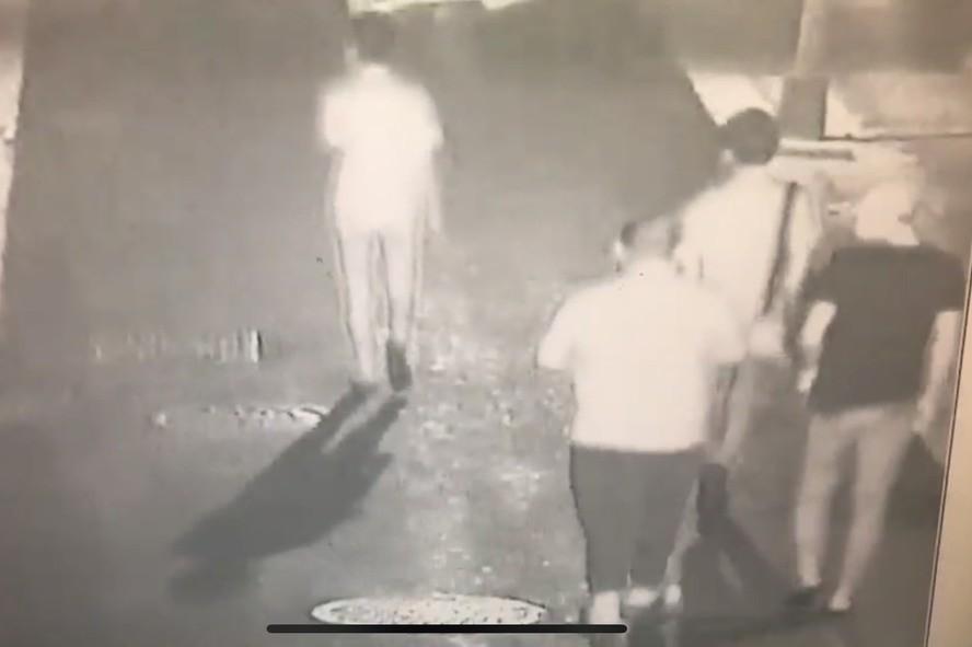 許姓少年(左二)涉嫌丟信號彈。記者李承穎╱翻攝