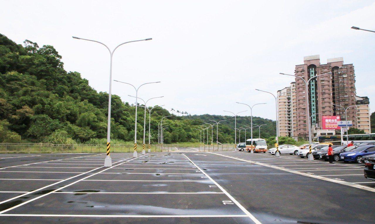 基隆市麥金路得勝橋旁基隆長庚醫院第二停車場竣工,提供246個車位。圖/基隆市政府...