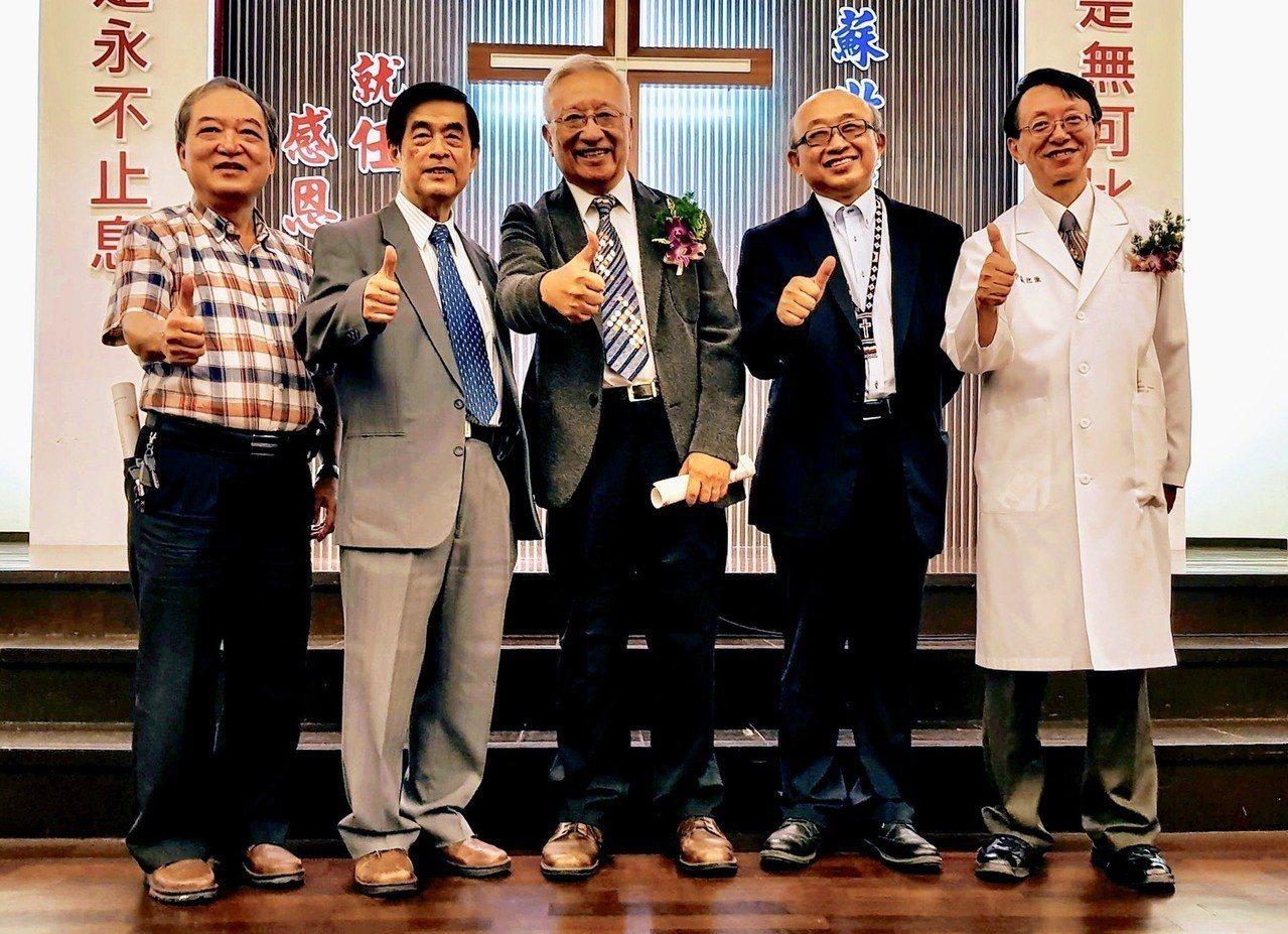 埔里基督教醫院第4至8任院長吳文勇、黃蔚、趙文崇、陳恒常和蘇世強(左至右)不論卸...
