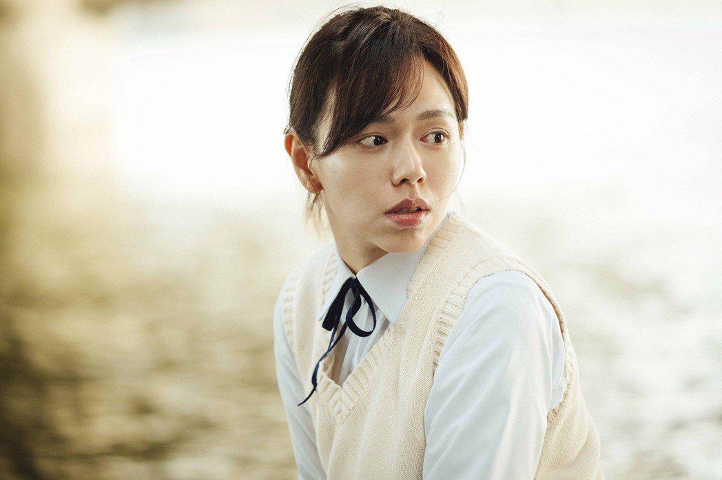 夏于喬在片中穿起制服,扮演18歲的女學生。圖/華影國際提供