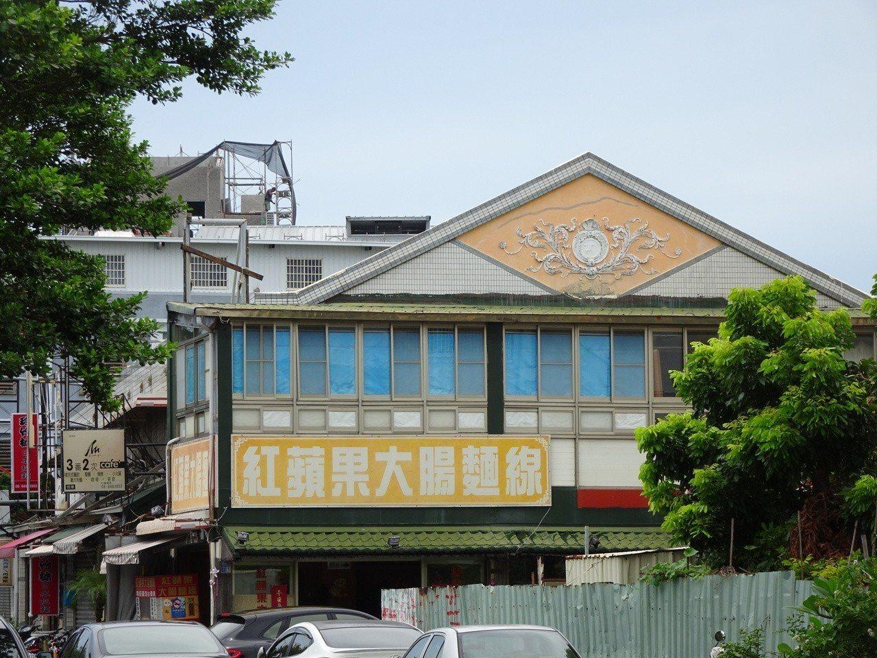 屏東縣恆春鎮早年有3家戲院,台灣光復後最早開業、位於南門城旁的恆春戲院,歇業後未...