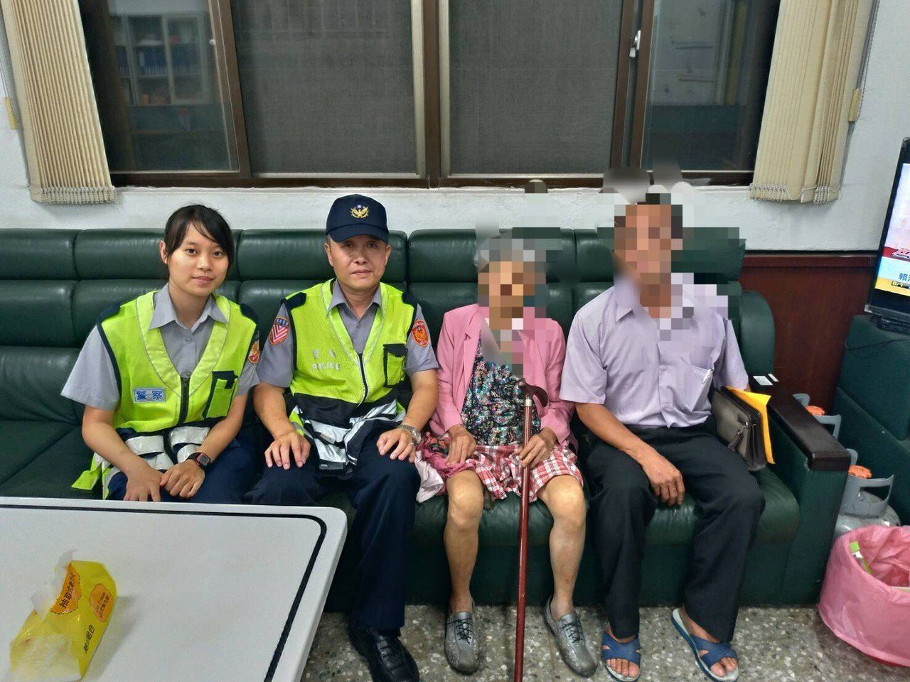 84歲李姓婦人昨晚誤闖國道,竹林分隊小隊長蕭時暐見狀,立即將阿婆以「公主抱」姿勢...