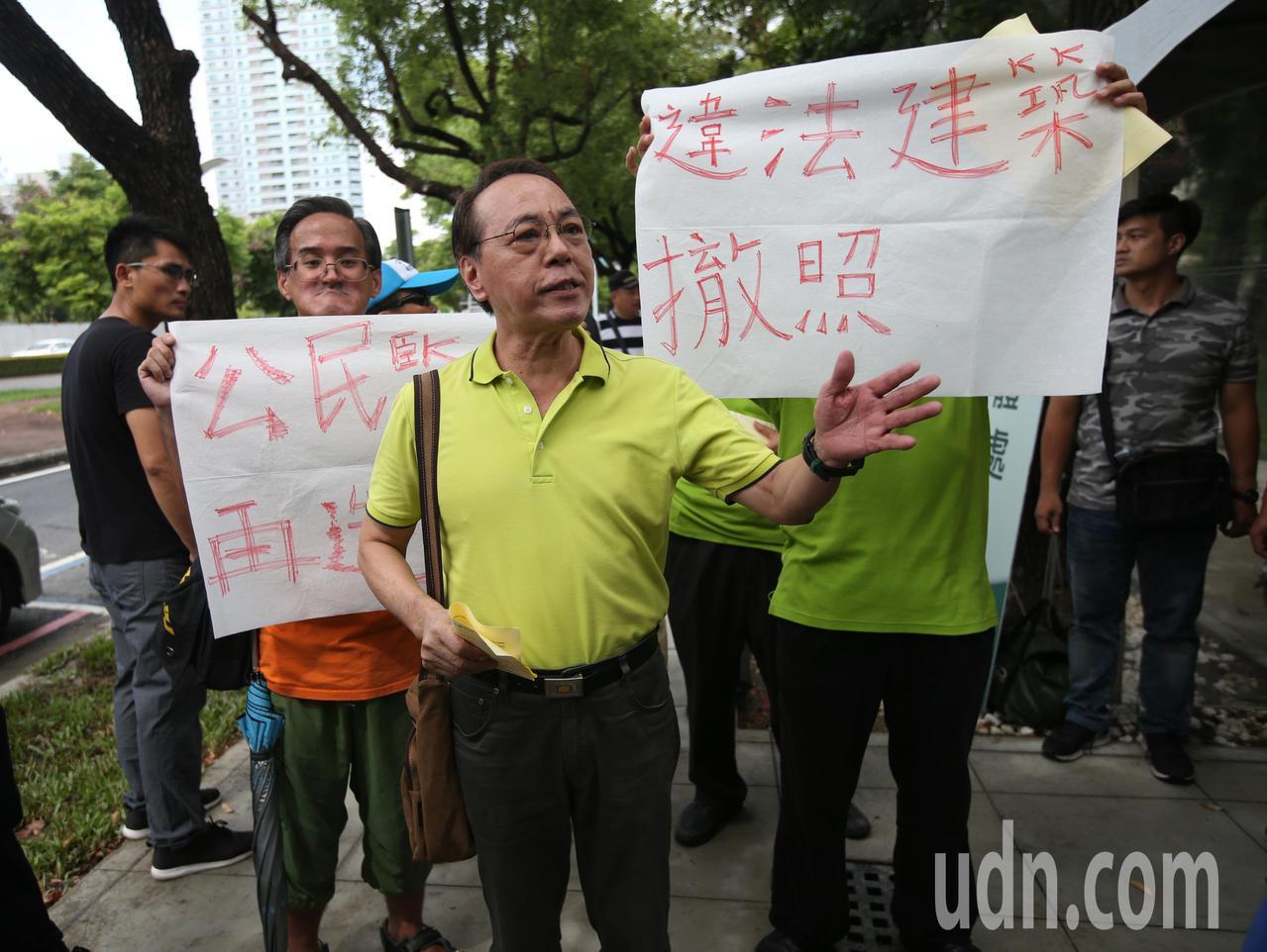 興建期間爭議不斷的李科永紀念圖書館今天舉行落成儀式,護樹團體在場外抗議。記者劉學...