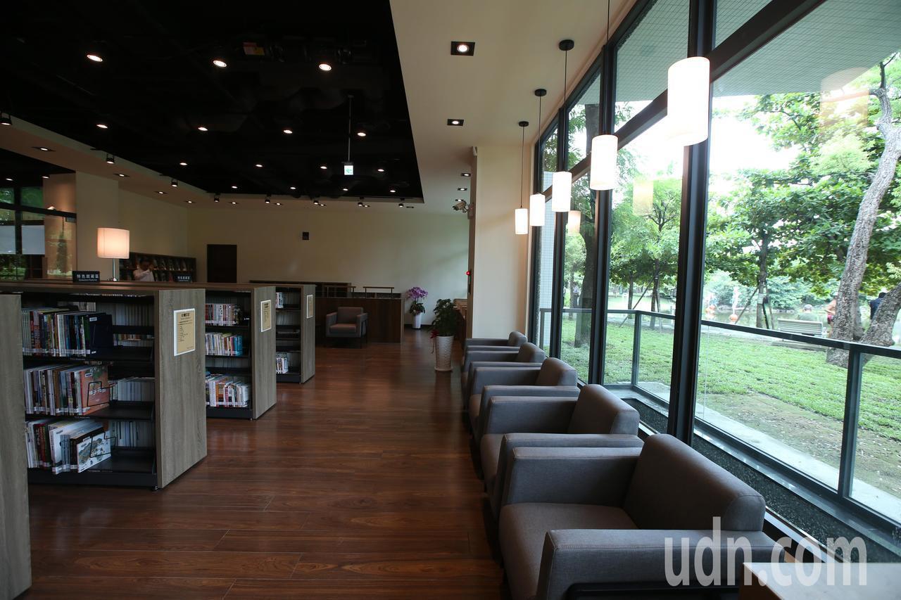 興建期間爭議不斷的李科永紀念圖書館今天舉行落成儀式,內部設計十分現代。記者劉學聖...